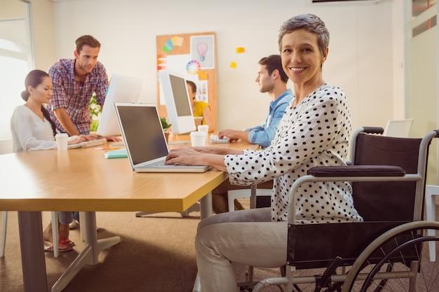 Empresaria casual creativa en silla de ruedas