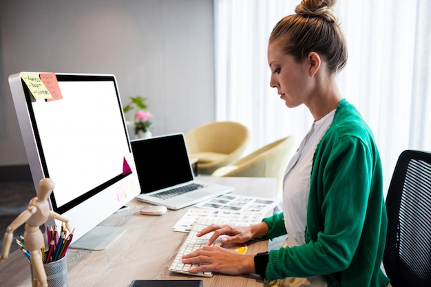 Empresaria casual que usa una computadora