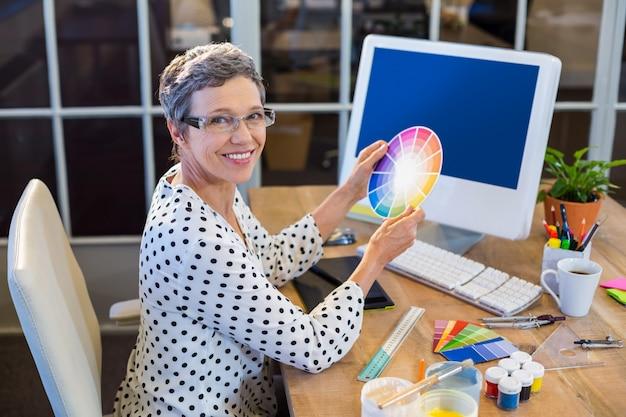 Empresaria casual sosteniendo la carta de colores