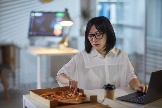 Empresaria comiendo durante el trabajo