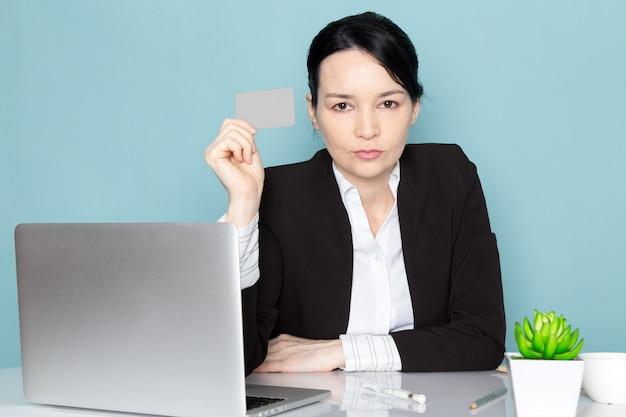 Empresaria comprando en línea