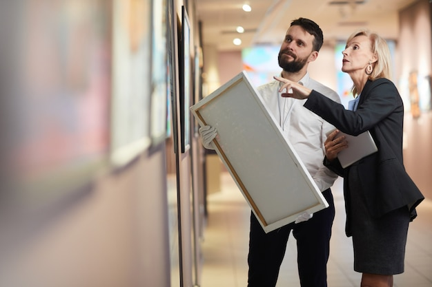 Empresaria comprando pintura en la galería de arte