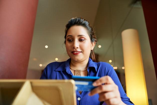 Empresaria de compras en la tienda en línea