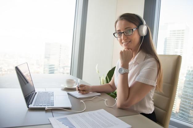 Empresaria se comunica con colegas en línea