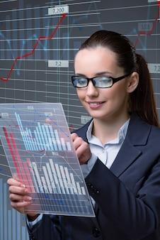 Empresaria en concepto de negocio de comercio de acciones en línea