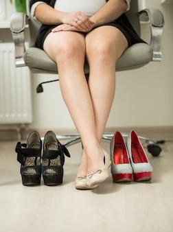 Empresaria conceptual eligiendo zapatos cómodos en lugar de tacones altos