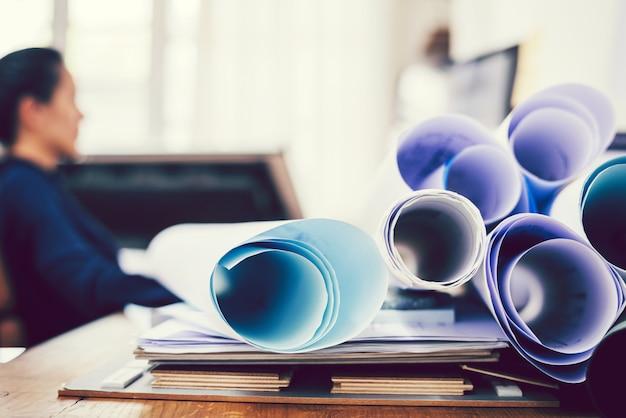Empresaria creativa trabajando en una oficina