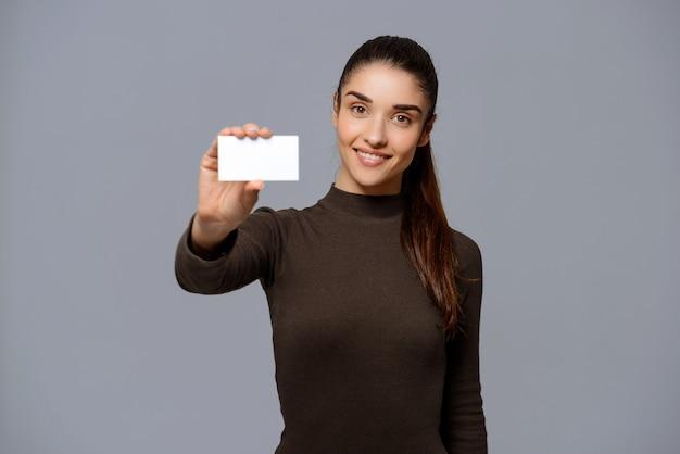 La empresaria le da la tarjeta de visita