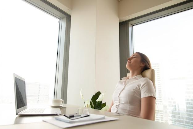 Empresaria descansando para aumentar la productividad.