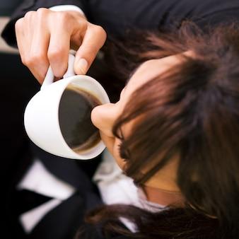 Empresaria con un doble espresso