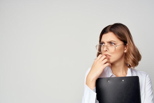Empresaria con documentos en mano trabajo fondo claro