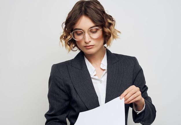 La empresaria documentos en la oficina ejecutiva de la mano