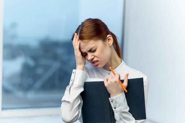 Empresaria con dolor de cabeza
