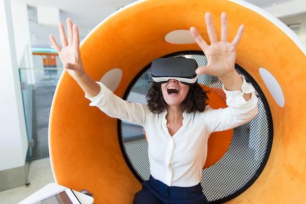 Empresaria emocionada disfrutando de la experiencia de realidad virtual