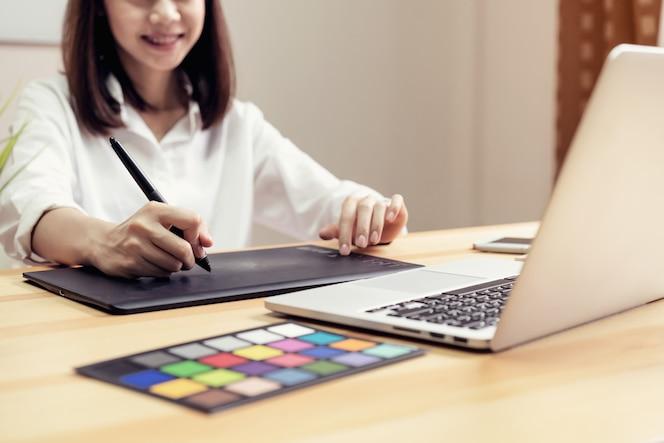 Empresaria en la oficina en camisa casual. use la computadora para el diseñador gráfico.
