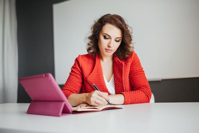 Mujeres trabajando fotos y vectores gratis for Follando en la oficina gratis