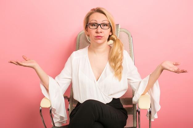 Empresaria enojada grita en silla