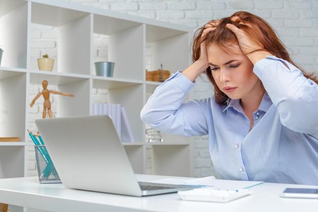 Empresaria enojada mirando estadística negativa