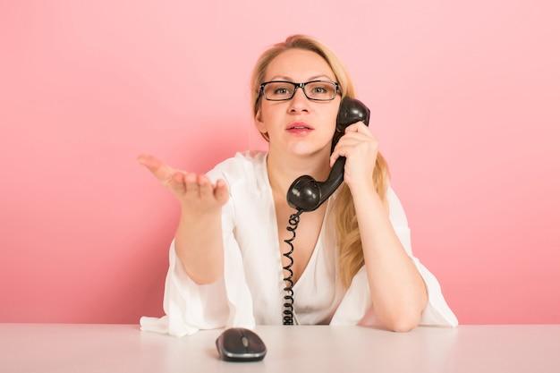 Empresaria enojada con teléfono vintage
