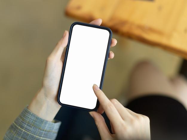La empresaria enviando mensajes de texto en la pantalla táctil teléfono inteligente teléfono móvil inteligente maqueta de pantalla en blanco inalámbrica