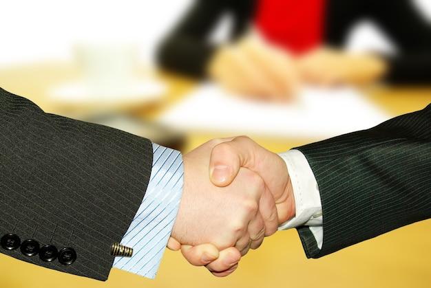 La empresaria escribe una pluma en un papel vacío