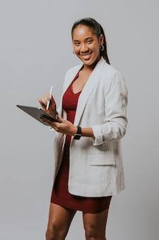La empresaria escribiendo en una tableta