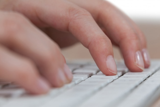 Empresaria escribiendo en el teclado