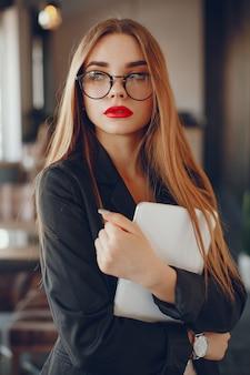 Empresaria con estilo en un café