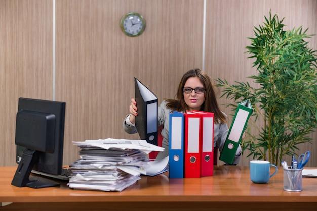Empresaria bajo estrés trabajando en la oficina