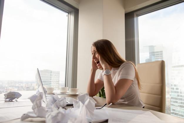 Empresaria estresada gritando en el lugar de trabajo