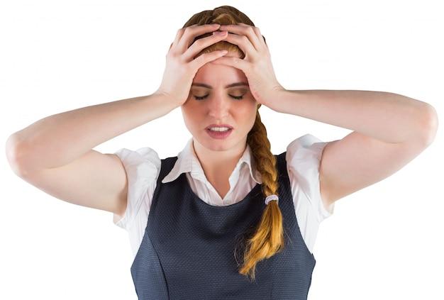 Empresaria estresada con las manos en la cabeza