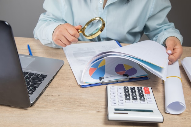 La empresaria examina los datos en la oficina.