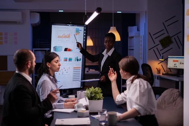 Empresaria con exceso de trabajo con estrategia financiera de lluvia de ideas de piel oscura