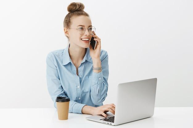 Empresaria exitosa en camisa de cuello azul