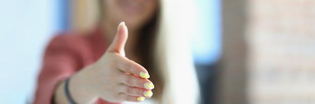 La empresaria extiende su mano para apretón de manos