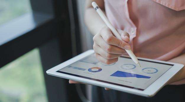 Empresaria gerente mano usando lápiz óptico para escribir