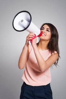 Empresaria gritando por megáfono