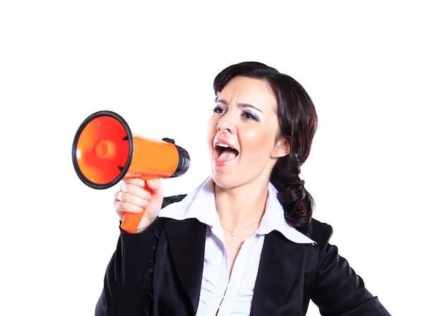 La empresaria gritando en voz alta en un gran megáfono