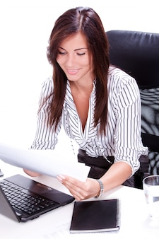 Empresaria haciendo papeleo en la oficina
