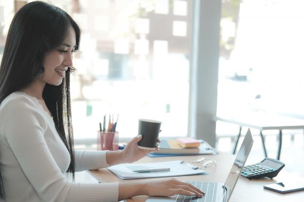Empresaria independiente trabajando con la computadora. mujer analizando datos. estudiante estudiando haciendo tarea