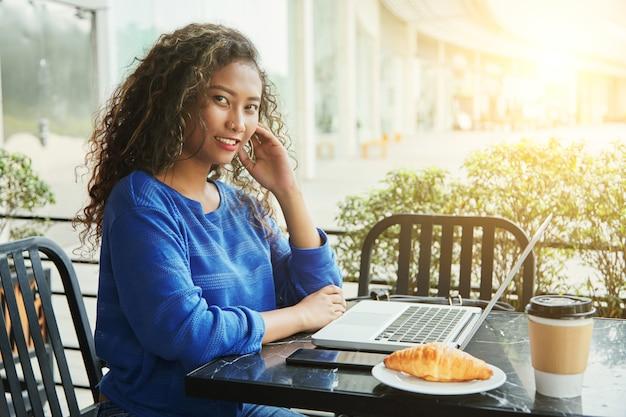 Empresaria indonesia con laptop