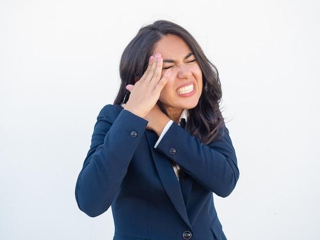 Empresaria infeliz que siente dolor de cuello