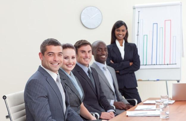 Empresaria informando a las cifras de ventas a sus colegas