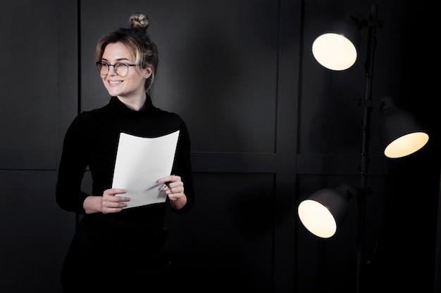 Empresaria inteligente con papeles mirando a otro lado