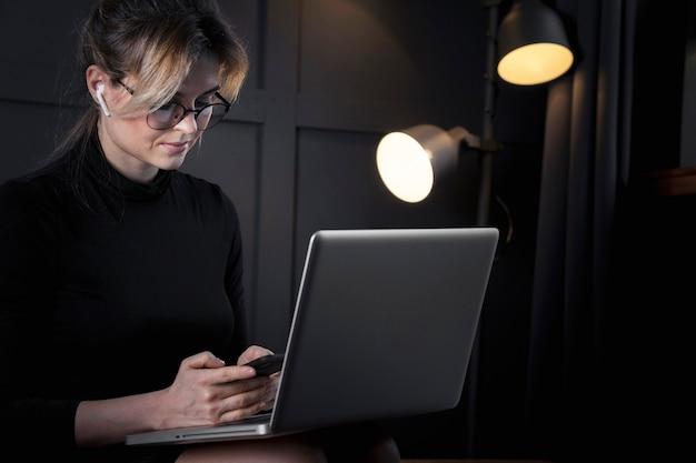 Empresaria inteligente trabajando en su computadora portátil
