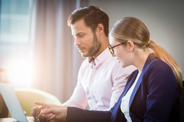 Empresaria interactuando con un colega