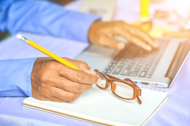 Empresaria joven asiática trabajando en su computadora portátil. economía digital.