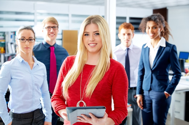 Empresaria joven rubia multi étnica equipo