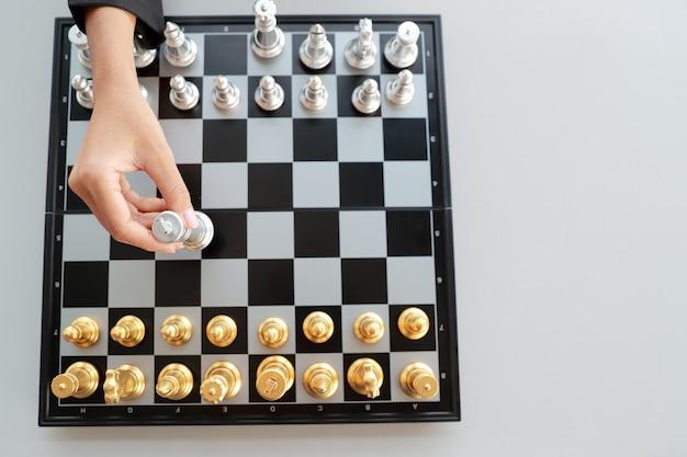 Empresaria jugando al juego de ajedrez idea de estrategia de gestión y liderazgo