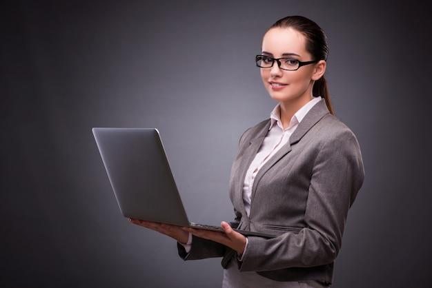 Empresaria con laptop en concepto de negocio